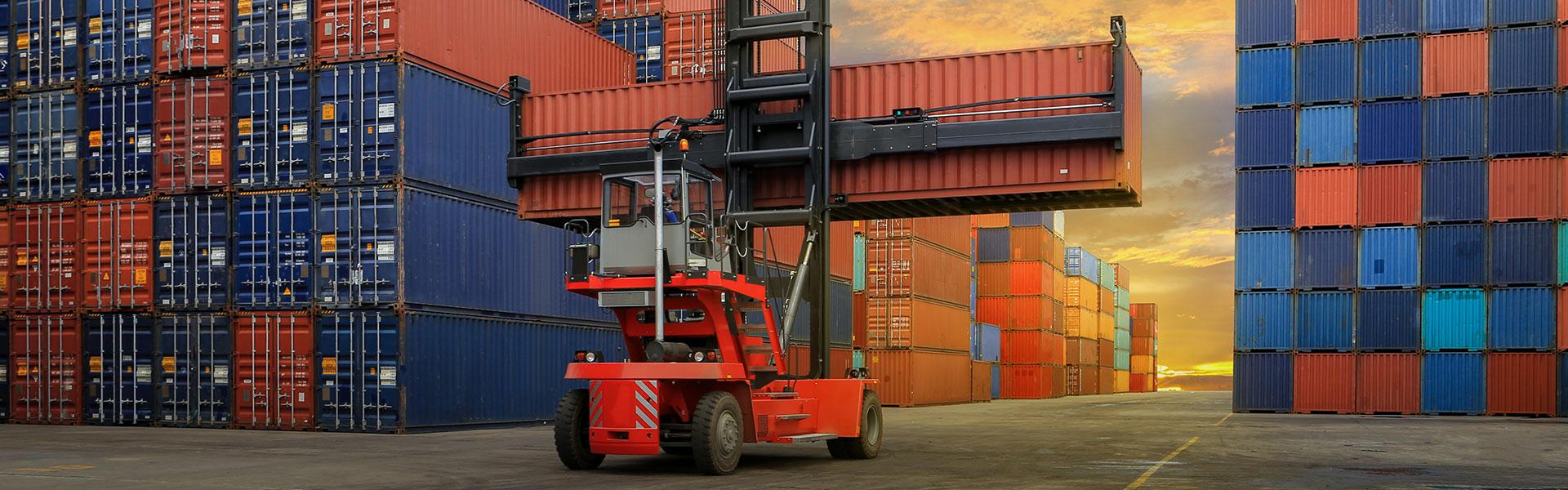 Gabelstapler verlädt Container am Flughafen