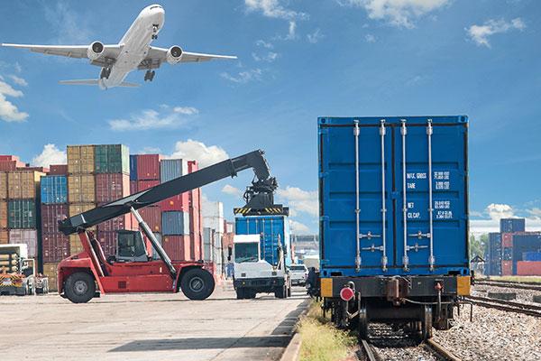 Flugzeug hebt ab über Container