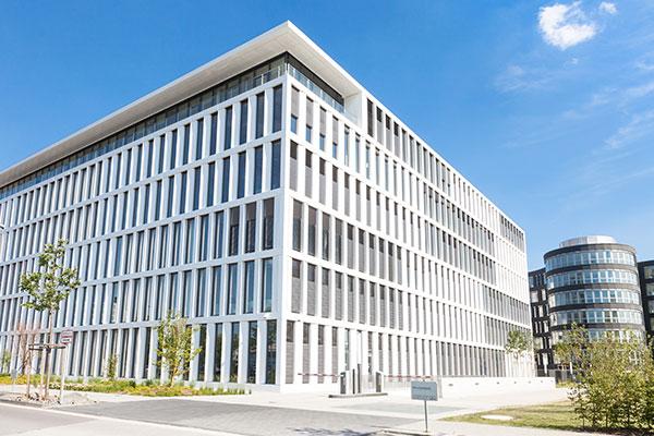 Weißes, modernes Firmengebäude